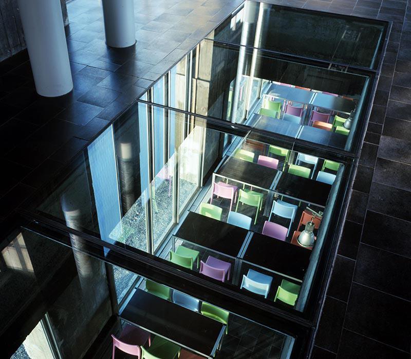 Un sol en verre entre les deux étages du SILO