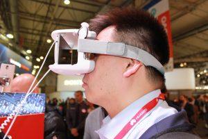 Individu qui porte un casque de réalité virtuelle