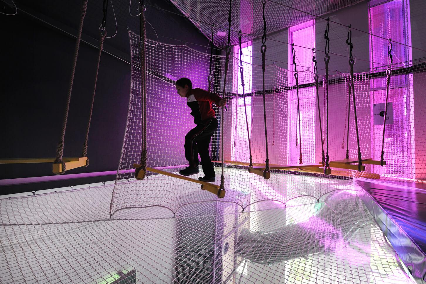 Parcours d'accrobranche indoor sur trois niveaux