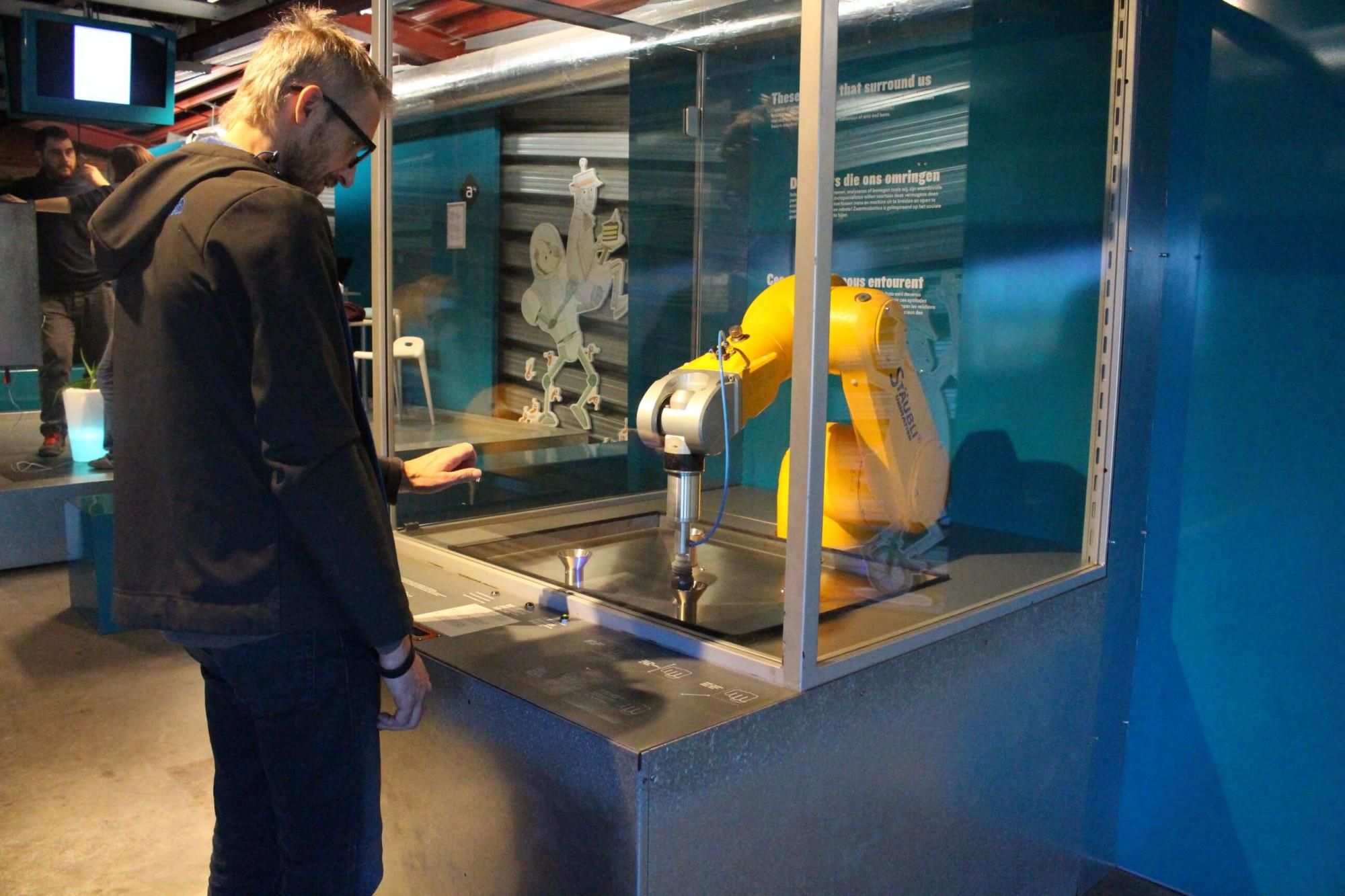 Bras robotisé STAUBLI dans l'expo Monsieur Machine du Pass
